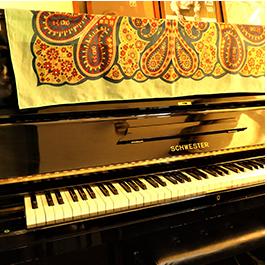 アップライト型のピアノ