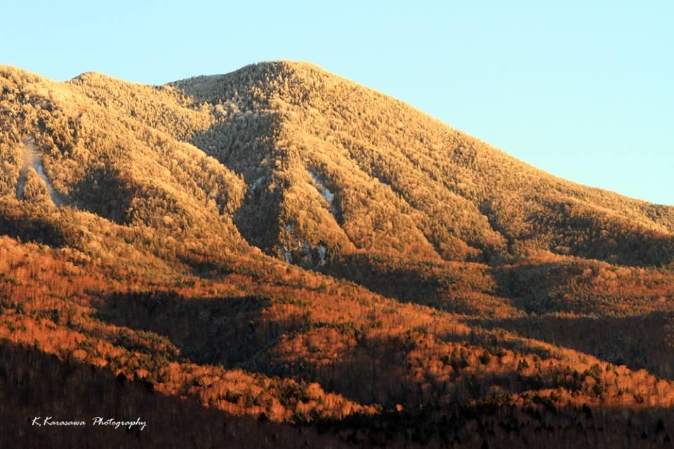 岩菅山の初雪が冬の訪れを静かに告げます。