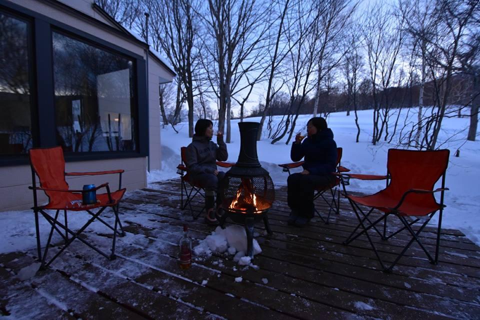 アフタースキーは焚き火とウイスキーで暖。