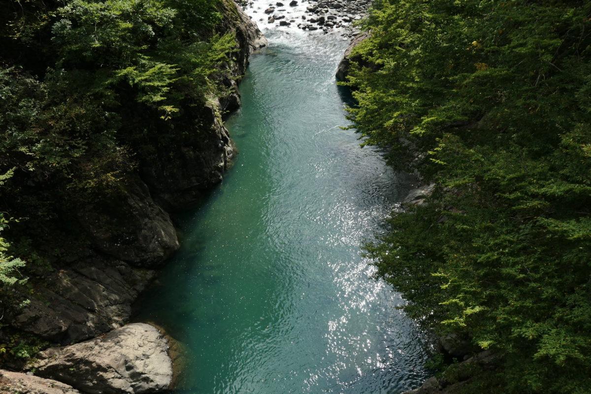 秋山郷・猿飛橋からグリーンの渓流を覗く。