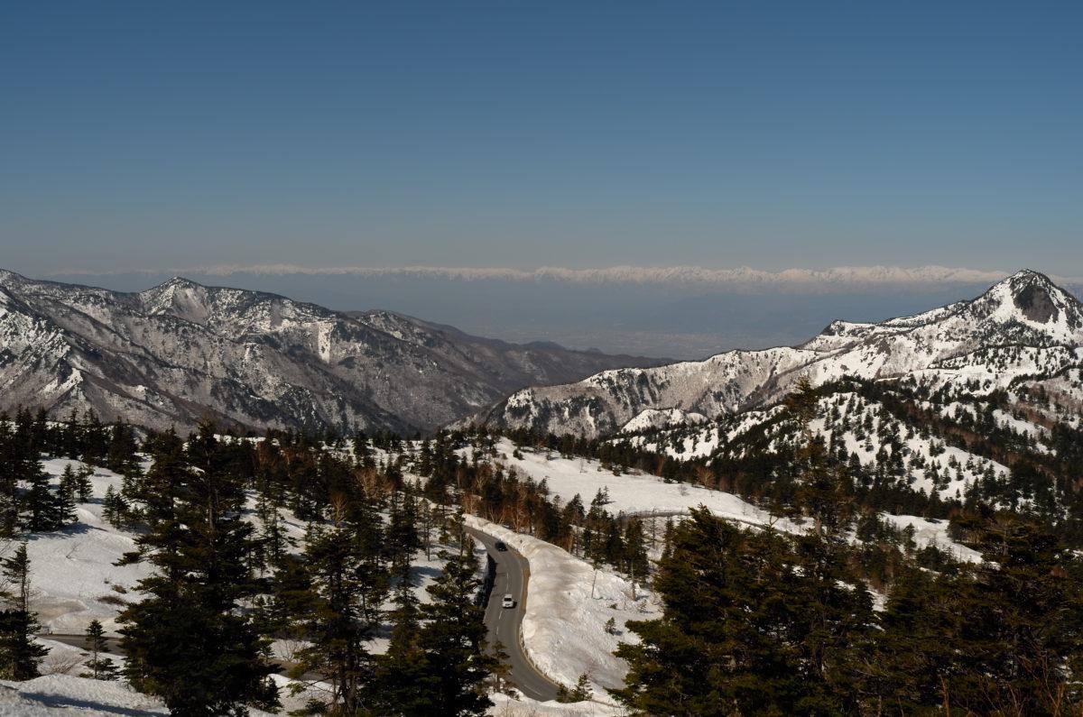 渋峠から遠く北アルプス連峰を望む。