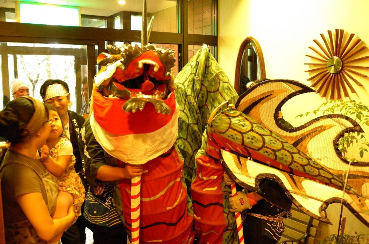 志賀高原大蛇祭りです。娘オロオロ。