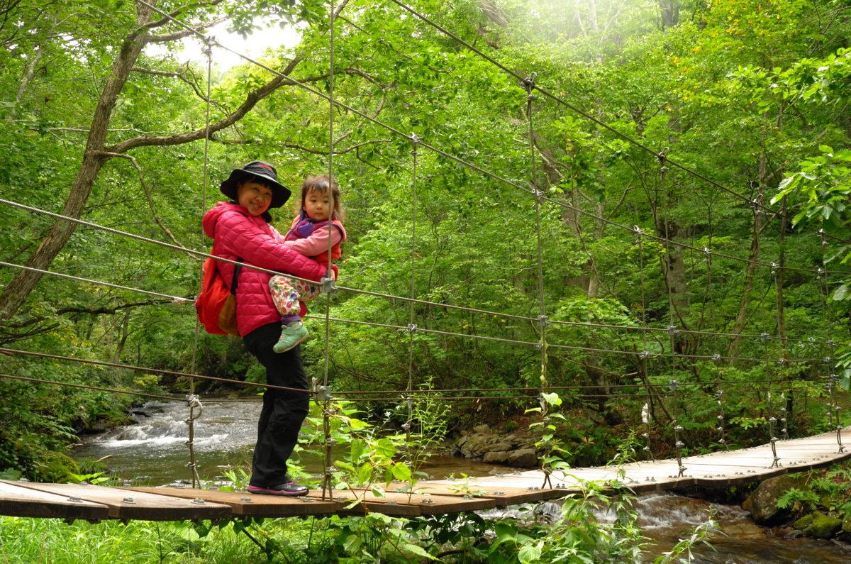 奥志賀渓谷の吊り橋は人気スポット。